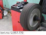 Купить «Станок для балансировки автомобильных колес», фото № 2957770, снято 10 ноября 2011 г. (c) Сергей Галушко / Фотобанк Лори