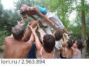 Подбрасывание девушки вверх на руках (2011 год). Редакционное фото, фотограф Потолоков Роман Игоревич / Фотобанк Лори
