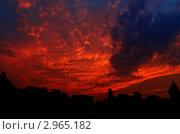 Апокалипсис. Красное грозовое небо над силуэтами домов и деревьев. Стоковое фото, фотограф Станислав Сменов / Фотобанк Лори