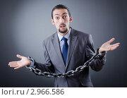 Купить «Арестованный бизнесмен в оковах на сером фоне», фото № 2966586, снято 12 октября 2011 г. (c) Elnur / Фотобанк Лори