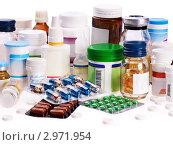 Купить «Таблетки, капсулы и пузырьки с лекарствами и витаминами на белом фоне», фото № 2971954, снято 13 октября 2011 г. (c) Gennadiy Poznyakov / Фотобанк Лори
