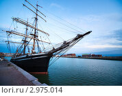 Купить «Крейсер в порту на фоне синего вечернего неба», фото № 2975014, снято 18 августа 2010 г. (c) chaoss / Фотобанк Лори