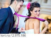Веселая невеста держит жениха за галстук. Стоковое фото, фотограф chaoss / Фотобанк Лори