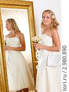 Купить «Красивая невеста с букетом цветов около зеркала», фото № 2980890, снято 24 сентября 2018 г. (c) Ольга Хорькова / Фотобанк Лори