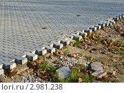 Купить «Укладка тротуарной плитки. Кризис: плитки больше нет!», фото № 2981238, снято 6 ноября 2011 г. (c) Сергей Трофименко / Фотобанк Лори