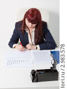 Купить «Деловая женщина на рабочем месте в офисе изучает отчет и вносит пометки», фото № 2983578, снято 5 июня 2011 г. (c) Сергей Дубров / Фотобанк Лори