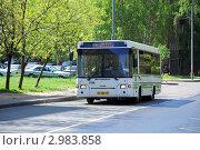Купить «Москва, городской автобус на дороге», фото № 2983858, снято 12 мая 2011 г. (c) Владимир Горощенко / Фотобанк Лори