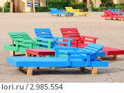 Разноцветные лежаки на пляже. Фокус на среднем плане. Стоковое фото, фотограф Беляева Елена / Фотобанк Лори