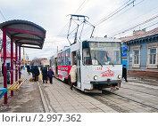 Купить «Посадка пассажиров в трамвай на остановке», эксклюзивное фото № 2997362, снято 30 ноября 2011 г. (c) Игорь Низов / Фотобанк Лори