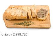 Купить «Кусок домашнего хлеба с паштетом и зеленью на разделочной доске», фото № 2998726, снято 18 ноября 2011 г. (c) Анастасия Мелешкина / Фотобанк Лори