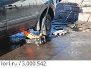 Купить «Смена колёс. Автомобиль на домкрате», эксклюзивное фото № 3000542, снято 20 ноября 2011 г. (c) Lora / Фотобанк Лори