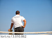 Купить «Охранник в форменной одежде с рацией стоит на фоне синего неба», фото № 3010862, снято 19 августа 2018 г. (c) Иван Демьянов / Фотобанк Лори