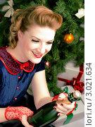 Купить «Красивая женщина в ретро-стиле держит бутылку шампанского около новогодней елки», фото № 3021634, снято 16 ноября 2019 г. (c) Сабельникова Эля / Фотобанк Лори