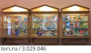 Купить «Навесной шкаф с лекарствами в аптеке», эксклюзивное фото № 3029046, снято 21 июля 2011 г. (c) Анатолий Матвейчук / Фотобанк Лори