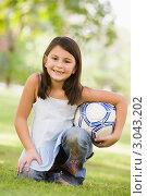 Купить «Портрет маленькой девочки в парке, держит мяч в руках», фото № 3043202, снято 29 октября 2006 г. (c) Monkey Business Images / Фотобанк Лори