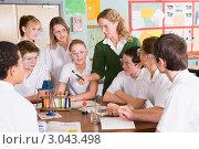 Купить «Учитель показывает стеклянную колбу ученикам, урок химии», фото № 3043498, снято 13 февраля 2007 г. (c) Monkey Business Images / Фотобанк Лори