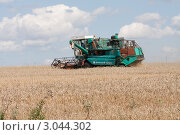 Купить «Сбор урожая зерновых культур», фото № 3044302, снято 23 июля 2011 г. (c) Михаил Рыбачек / Фотобанк Лори