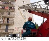 Купить «Оператор управляет спасательной лестницей», эксклюзивное фото № 3047230, снято 26 августа 2011 г. (c) Вячеслав Палес / Фотобанк Лори