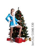 Купить «Девушка в костюме снегурочки у новогодней ёлки», фото № 3048130, снято 29 марта 2020 г. (c) Гурьянов Андрей / Фотобанк Лори