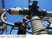 Электромонтажные работы на высоковольтных выключателях (2009 год). Редакционное фото, фотограф yeti / Фотобанк Лори