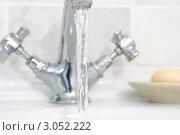 Купить «Открытый кран с водой в ванной (крупный план)», фото № 3052222, снято 19 июля 2007 г. (c) Monkey Business Images / Фотобанк Лори