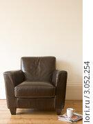 Купить «Кожаное кресло и свежая пресса на полу», фото № 3052254, снято 6 января 2000 г. (c) Monkey Business Images / Фотобанк Лори