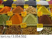 Различные специи в лотках с ценниками на турецком базаре. Стоковое фото, фотограф Наталья Степанова / Фотобанк Лори