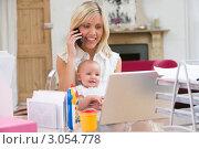 Купить «Деловая женщина с ребенком работает за компьютером дома», фото № 3054778, снято 18 марта 2000 г. (c) Monkey Business Images / Фотобанк Лори
