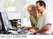 Купить «Мужчина и женщина смотрят на монитор компьютера», фото № 3054906, снято 24 июня 2007 г. (c) Monkey Business Images / Фотобанк Лори
