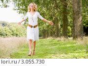 Купить «Счастливая женщина гуляет в парке», фото № 3055730, снято 1 апреля 2000 г. (c) Monkey Business Images / Фотобанк Лори