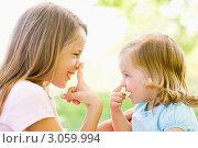 Купить «Две сестры играют друг с другом, нажимают на нос», фото № 3059994, снято 26 февраля 2000 г. (c) Monkey Business Images / Фотобанк Лори