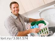 Купить «Улыбающийся мужчина с корзиной белья в прачечной», фото № 3061574, снято 12 октября 2007 г. (c) Monkey Business Images / Фотобанк Лори