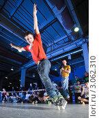 Купить «Молодой парень в красной футболке и джинсах катается на роликовых коньках перед зрителями в зале», фото № 3062310, снято 23 января 2011 г. (c) Станислав Фридкин / Фотобанк Лори