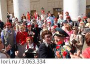 Купить «Москва, 9 мая 2011г. Народные гулянья у Большого театра», эксклюзивное фото № 3063334, снято 9 мая 2011 г. (c) Дмитрий Неумоин / Фотобанк Лори