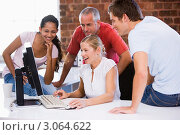 Купить «Пятеро бизнесменов в офисе смотрят на компьютер и улыбаются», фото № 3064622, снято 12 января 2007 г. (c) Monkey Business Images / Фотобанк Лори