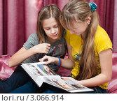 Купить «Две девочки рассматривают фотографии в фотоальбоме», эксклюзивное фото № 3066914, снято 2 декабря 2011 г. (c) Игорь Низов / Фотобанк Лори