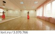Купить «Танцовщица в зале отрабатывает движения танца живота», видеоролик № 3070766, снято 19 декабря 2011 г. (c) Владимир Никулин / Фотобанк Лори