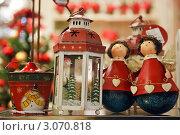 Купить «Прилавок магазина, празднично оформленный к Новому году и Рождеству. Елочные украшения в стиле ретро.», фото № 3070818, снято 25 апреля 2018 г. (c) Ольга Липунова / Фотобанк Лори