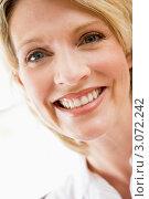 Радостно улыбающаяся блондинка средних лет. Стоковое фото, фотограф Monkey Business Images / Фотобанк Лори