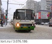 Купить «Москва. Район Измайлово. Автобус № 97 едет по Первомайской улице», эксклюзивное фото № 3076186, снято 21 декабря 2011 г. (c) lana1501 / Фотобанк Лори
