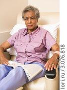 Купить «Пожилая пациентка в кресле листает журнал (взгляд в кадр)», фото № 3076818, снято 3 июля 2007 г. (c) Monkey Business Images / Фотобанк Лори