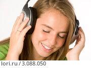 Купить «Девочка-подросток в наушниках с закрытыми глазами», фото № 3088050, снято 9 июля 2008 г. (c) Monkey Business Images / Фотобанк Лори