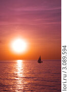 Парусник в море на фоне заката. Стоковое фото, фотограф Sviatoslav Homiakov / Фотобанк Лори