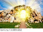 Солнечные лучи светящие через каменную арку. Стоковое фото, фотограф Sviatoslav Homiakov / Фотобанк Лори