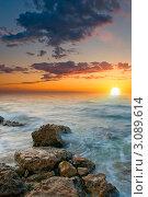 Красивый морской закат с каменистого берега. Стоковое фото, фотограф Sviatoslav Homiakov / Фотобанк Лори