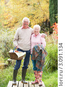 Купить «Счастливая пожилая пара с корзиной для пикника и пледом на природе», фото № 3091134, снято 18 октября 2009 г. (c) Monkey Business Images / Фотобанк Лори