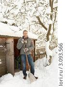 Купить «Мужчина с лопатой стоит у сарая зимой», фото № 3093566, снято 4 июня 2000 г. (c) Monkey Business Images / Фотобанк Лори