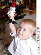 """Маленький мальчик тянется за игрушкой """"Санта Клаус"""" Стоковое фото, фотограф Елена Сикорская / Фотобанк Лори"""