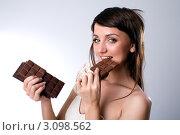 Молодая девушка с шоколадом в руках. Стоковое фото, фотограф Момотюк Сергей / Фотобанк Лори