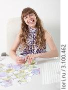 Купить «Молодая женщина на рабочем месте в офисе с крупной суммой денег», фото № 3100462, снято 5 июня 2011 г. (c) Сергей Дубров / Фотобанк Лори